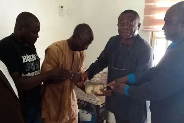 Father rewarded by Police for reporting his 'sakawa' son | Airnewsonline