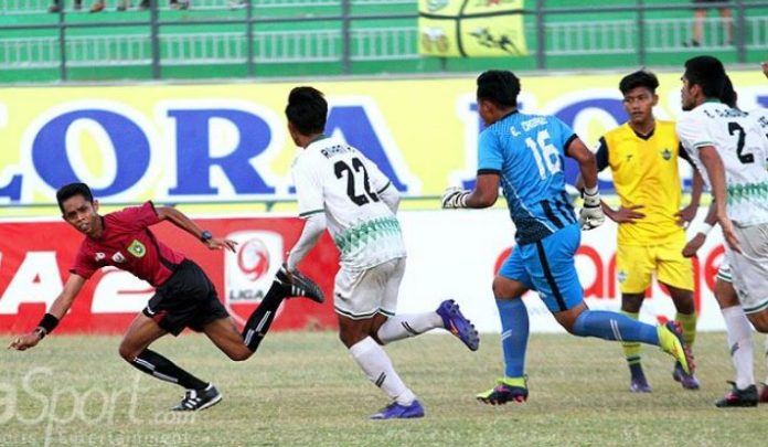 Football players in Indonesia beat referee after awarding a soft penalty