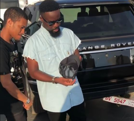 """Sarkodie buys a Range Rover Vogue to reply Shatta Wale's """"Advice"""" Benz"""