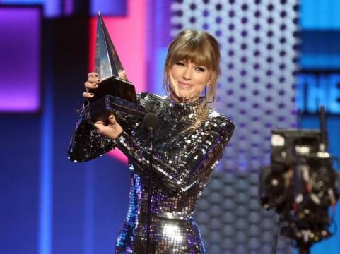 Taylor Swift accepts the Artist of the Year award onstage during the 2018 American Music Awards | Airnewsonline