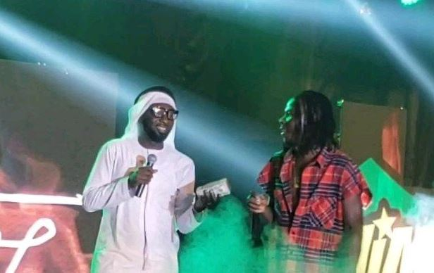 dubai borga gifts stonebwoy 50000 on stage